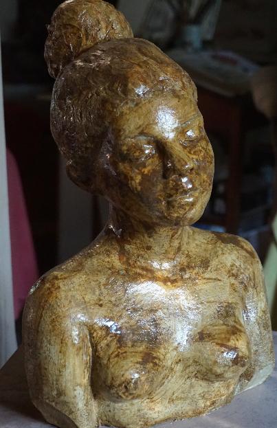 buste-de-jeune-femme-au-chignon-2