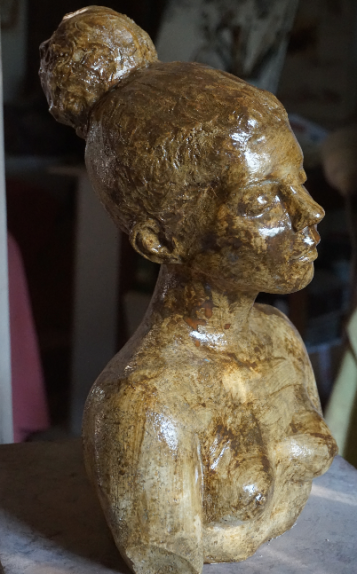 buste-de-jeune-femme-au-chignon