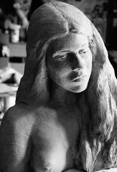 buste-de-jeune-femme-aux-longs-cheveux-noirs-2016-08-16