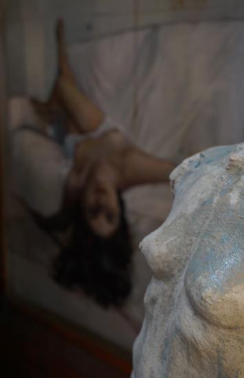 detail-torse-de-femme-terre-cuite-et-fond-tableau