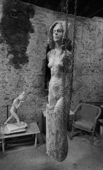 femme-debout-yeux-fermes-sculpture-en-bois-lartigue-2