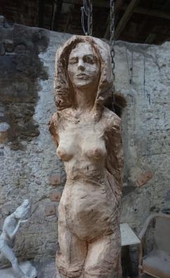 femme-debout-yeux-fermes-sculpture-en-bois-lartigue-4