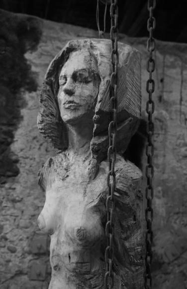 femme-debout-yeux-fermes-sculpture-en-bois-lartigue