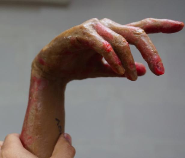retouche-main-cire-pour-bronze