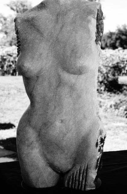 Torse de femme réalisé par Lartigue en marbre de St Béat 3