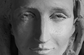 detail-buste-de-jeune-femme-reveuse