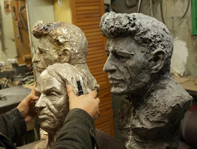 michel-houellebecq-et-giacometti-bronze-bustes-par-lartigue