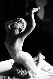 la-chute-ou-femme-bras-leve-2