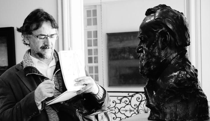 En train de dessiner le buste de Victor Hugo par Rodin