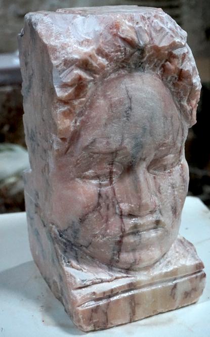 Jeune Olmèque marbre Rose du Portugal - Lartigue