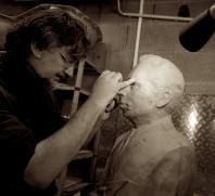 G. Lartigue retouche le buste en cire à la Fonderie de Bronze Lauragaise