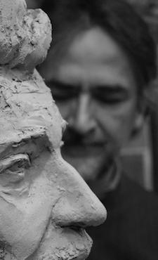 Gerard Lartigue sculpteur avec buste Hallyday