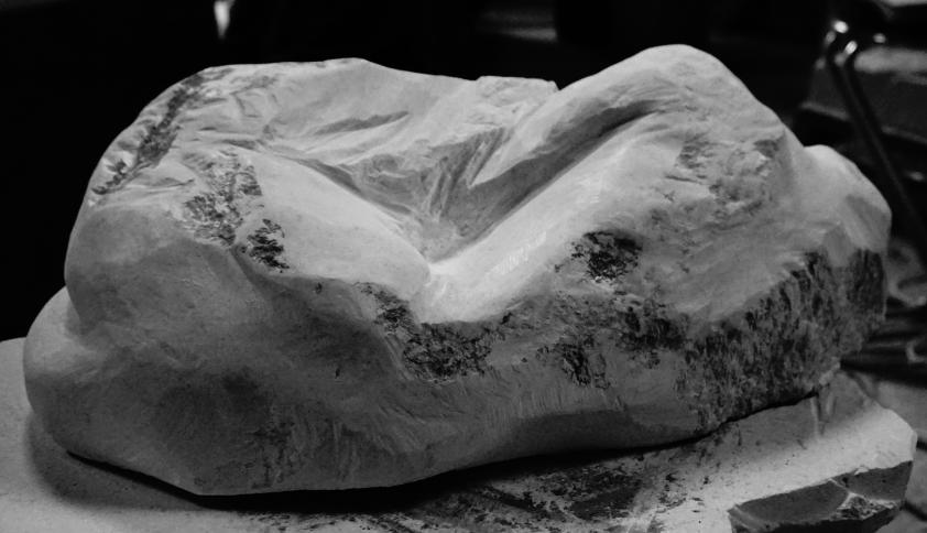 torse couché femme marbre de st béat - Lartigue